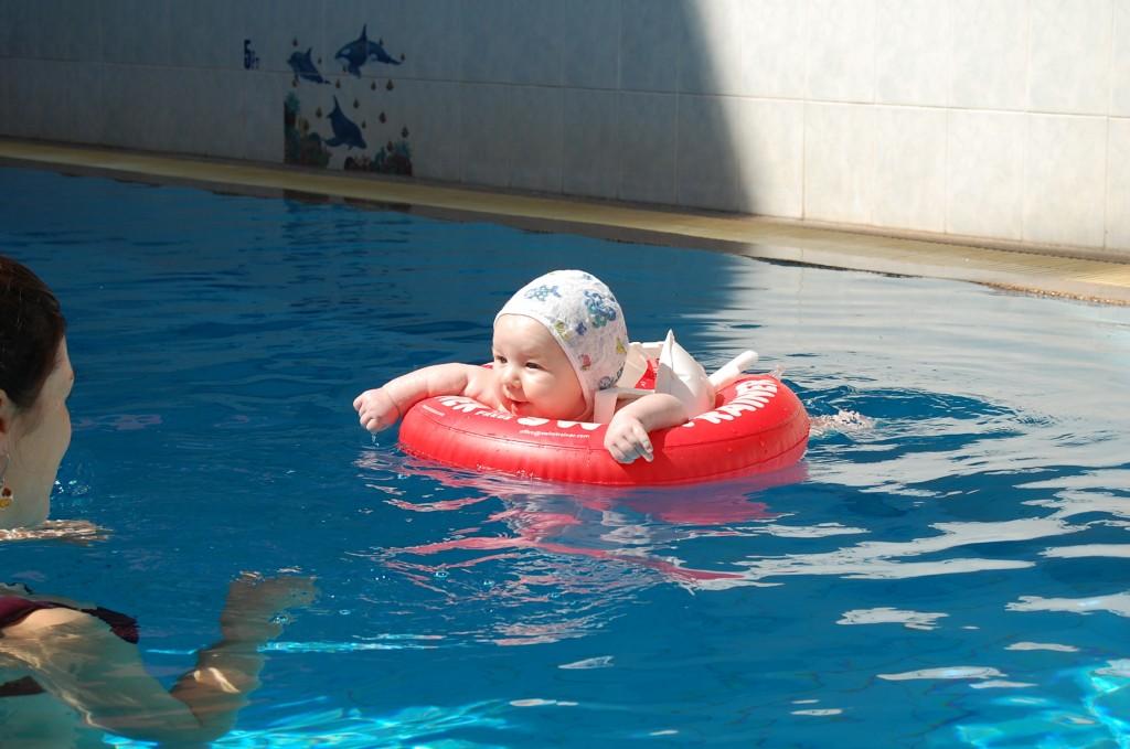 Мое первое путешествие в Таиланд в трехмесячном возрасте. Чианг-Май. Я купаюсь в бассейне