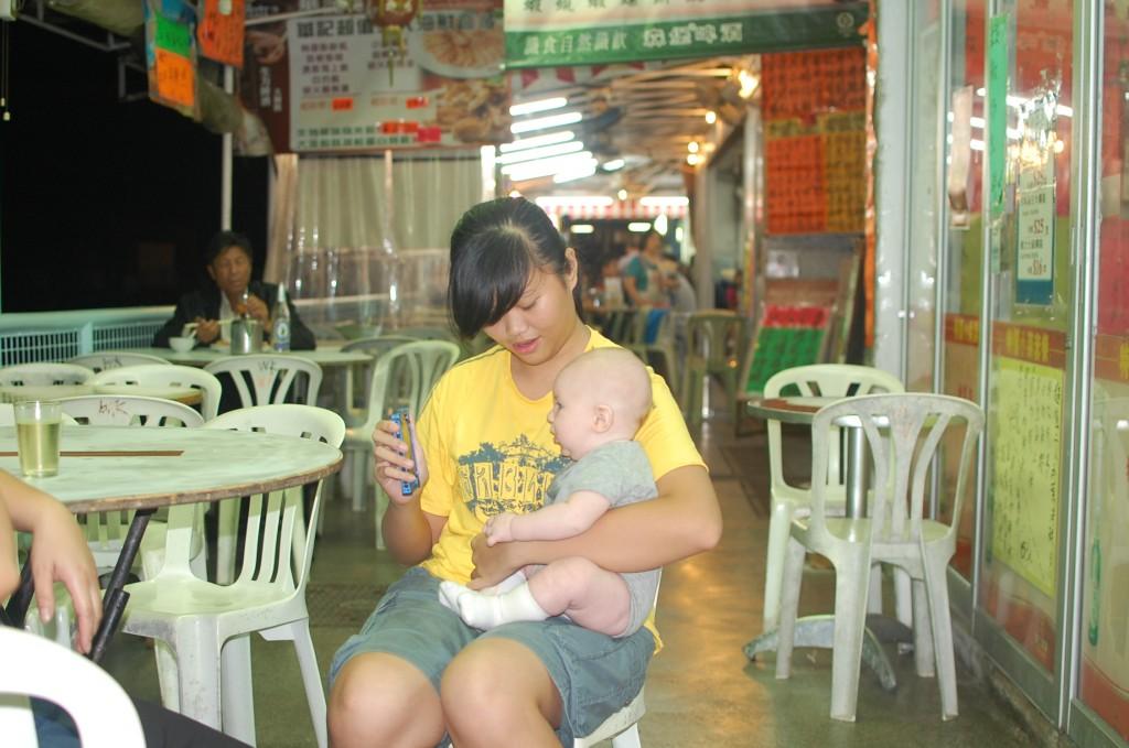Я на руках у китайской девушки