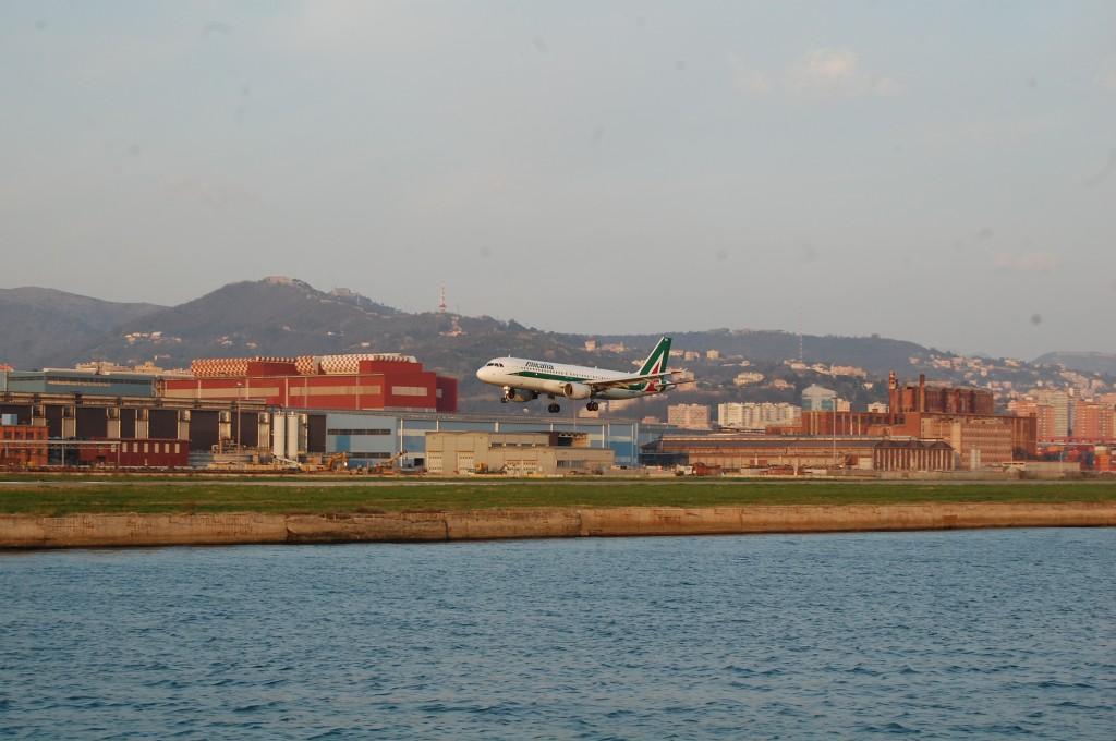 Посадка самолета в аэропорту Генуи