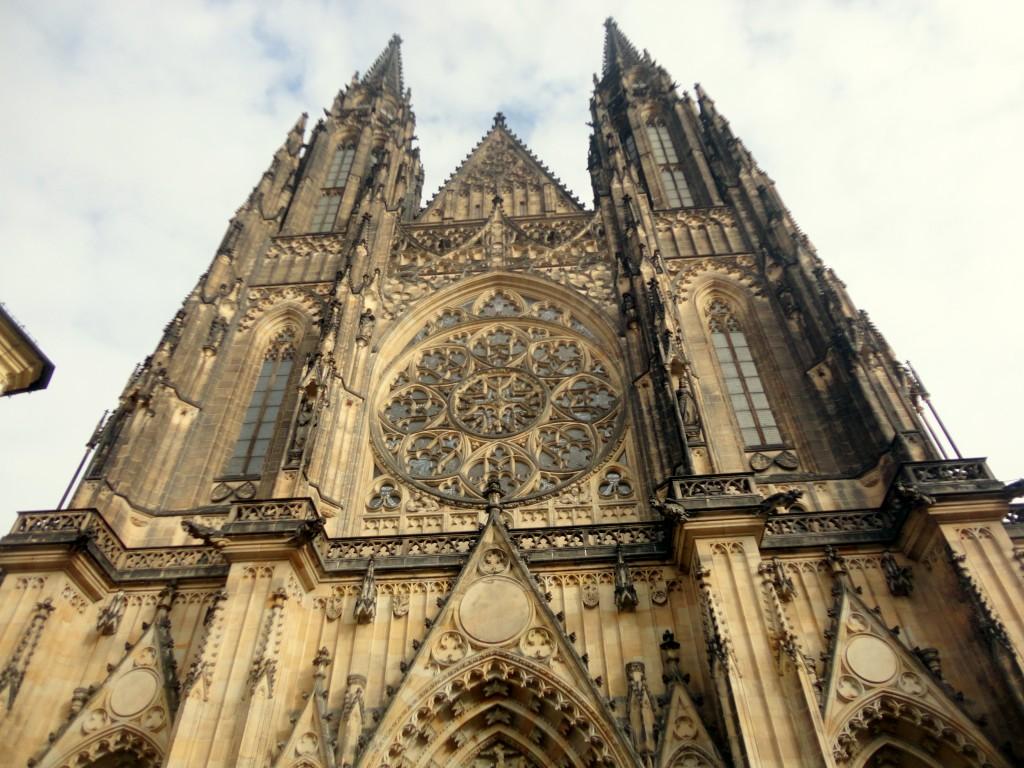 И всенепременно впечатляющий готический собор
