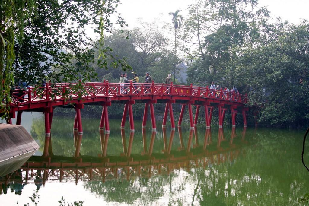 мост-через-озеро-Хаонкием-Ханой-Вьетнам