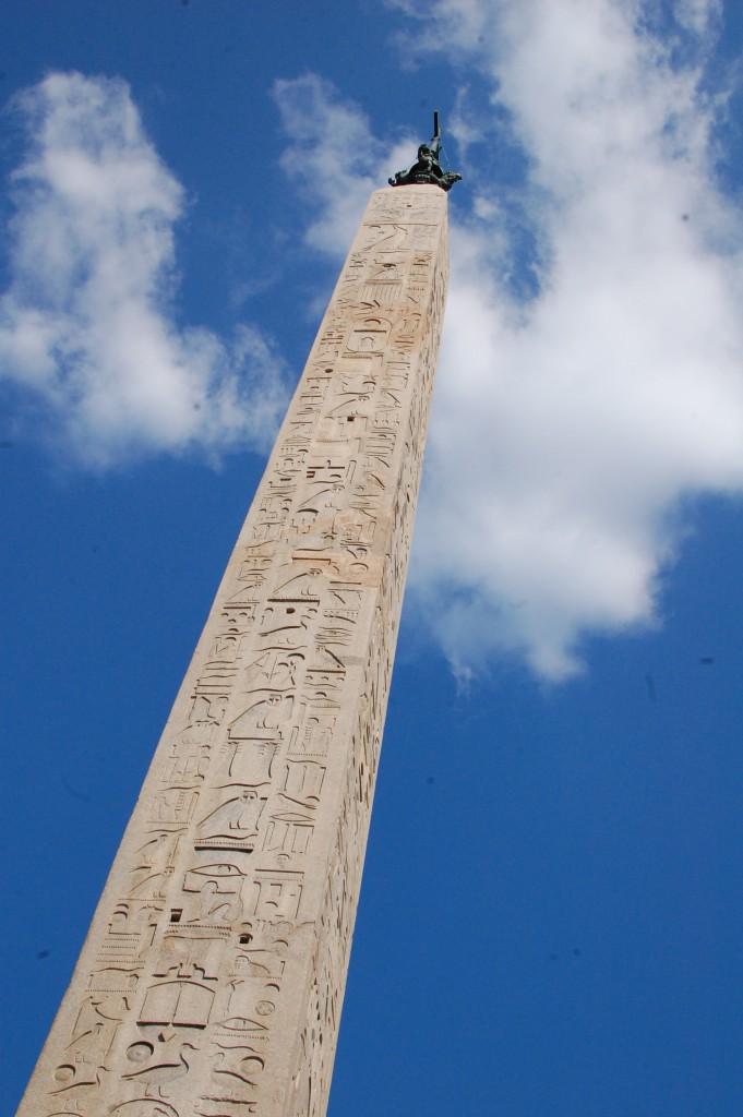 Рим. Египетская колонна при входе в храм Сан-Джованни ин Латерано
