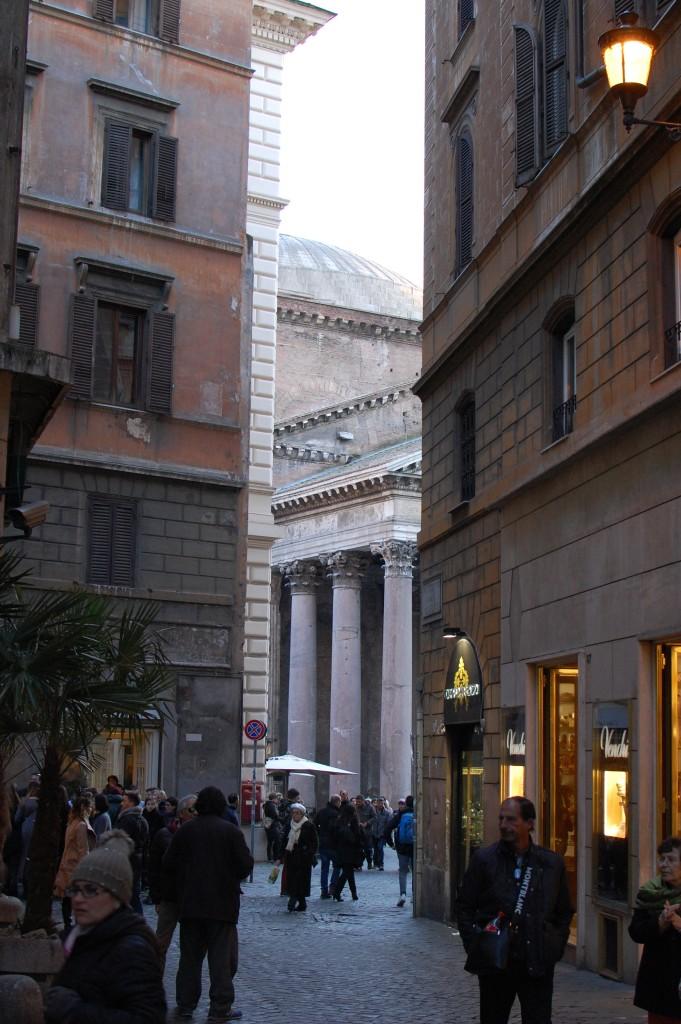 Пантеон вид с одной из соседних улиц