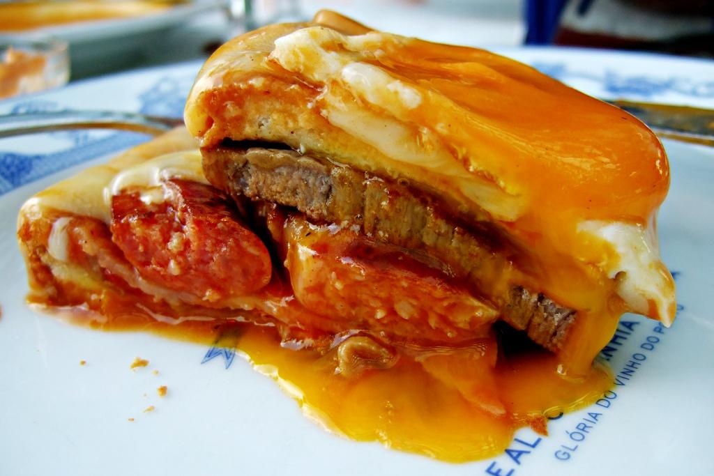 Португальский бутерброд францезинья рецепт